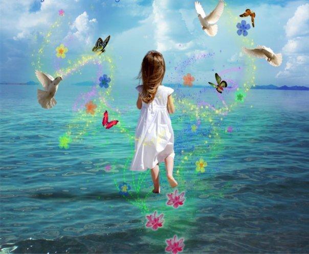 Bimba-su-mare-fiori-colombi-farfalle