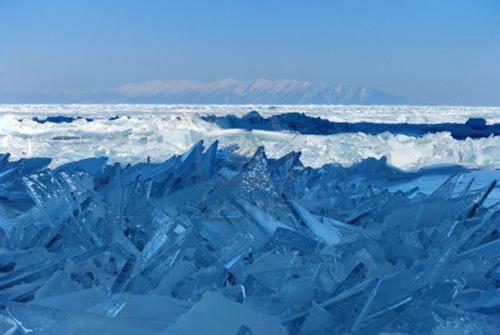 7788543-esquirlas-de-hielo-roto-en-el-lago-baikal-rusia