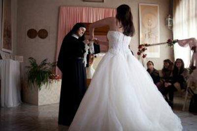 Abiti Da Sposa Gratis.La Buona Notizia Del Venerdi Se Cerchi Un Abito Da Sposa Santa